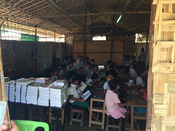 乾季には40℃を超える気温の中でもバッテリーで点灯する蛍光灯が1本だけの教室で授業を受ける子どもたち